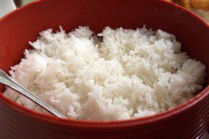 Il riso, condito a crudo, è un alimento consentito