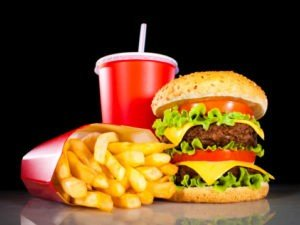 Hamburger and french fries di un fast food