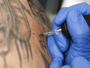 I tatuaggi possono portare il virus dell'epatite B